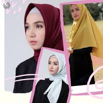 Perpaduan warna baju hitam dan hijab